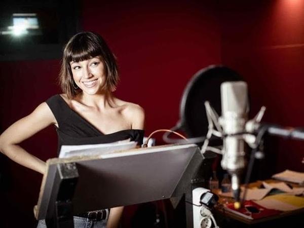 Úrsula Corberó es 'Sonrisas' en 'Emoji La Pelicula' Agosto 2017