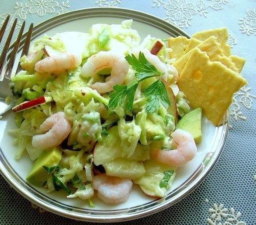Салат из креветок,яблок и авокадо в сливочно-горчичном соусе Что нужно: 50-100 гр.креветки очищенные1 яблоко кисло-сладкое (тонкими дольками нарезать)белокочанная капуста или пекинская(очень