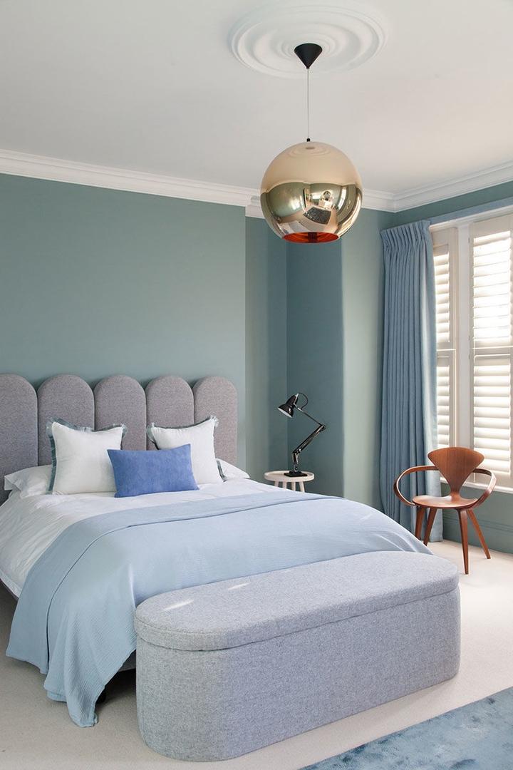 Розовые стены в гостиной, голубые в спальнях: смелый интерьер викторианского дома в Лондоне