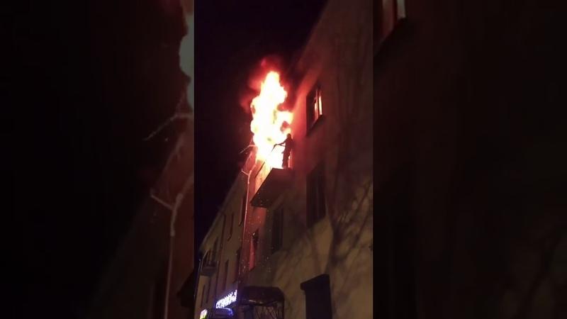 Пожар Великий Новгород ул Большая Московская 68 Мужик горит пожарные думают