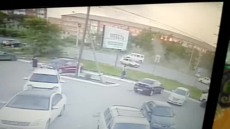 Момент аварии с переворотом на Мельничной, Омск (16.07.2019)