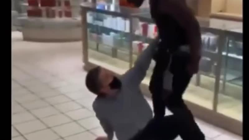 26 ИЮНЯ 2020 США Афроамериканский расист избивает белого человека