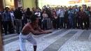 Artista de Rua se Arrisca em São Paulo Pulando em Facas [Faisca Capetinha]