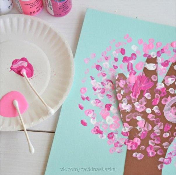ЦВЕТУЩЕЕ ВИШНЁВОЕ ДЕРЕВЦЕ Берём коричневый лист цветной бумаги и обводим на нём ручку. Это будет ствол с ветками. Вырезаем его и наклеиваем на лист картона. Цветочки рисуем ватными палочками.
