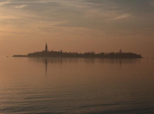 Повелья Повелья (Poveglia) - это небольшой остров, расположенный между Венецией и Лидо в венецианской лагуне на севере Италии. Во времена Римской империи он был использован для изоляции тысяч
