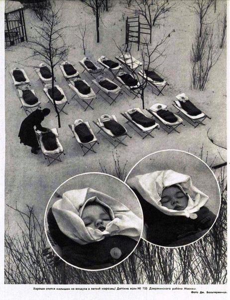 Малыши во время дневного сна в московских яслях.