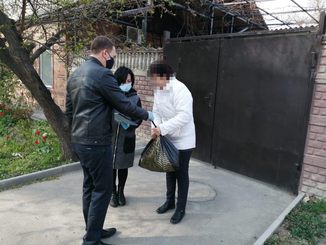 Таганрогские многодетные семьи получили продуктовые наборы
