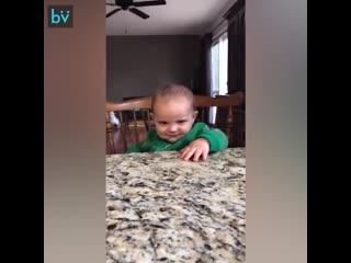 Малышка грозно смотрит на папу
