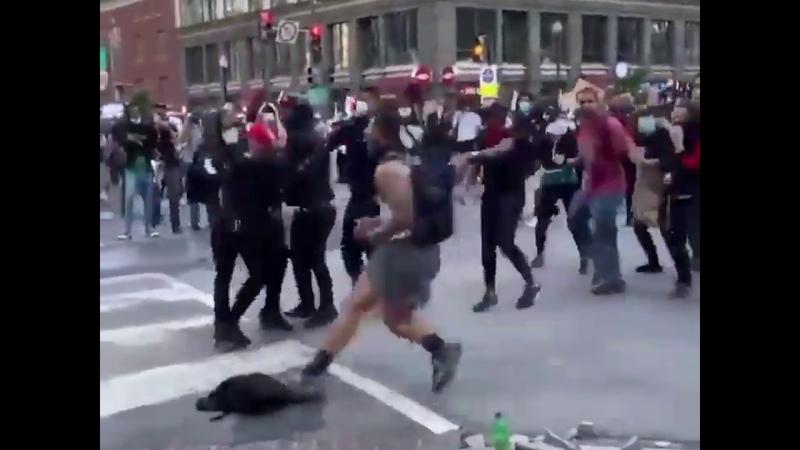 Demonstranten in Washington DC greifen Mann an der mit einem Hammer Straßenkanten aufgebrochen hat