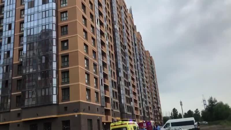 Людей эвакуируют из высотки на Маршала Блюхера дежурит Скорая помощь