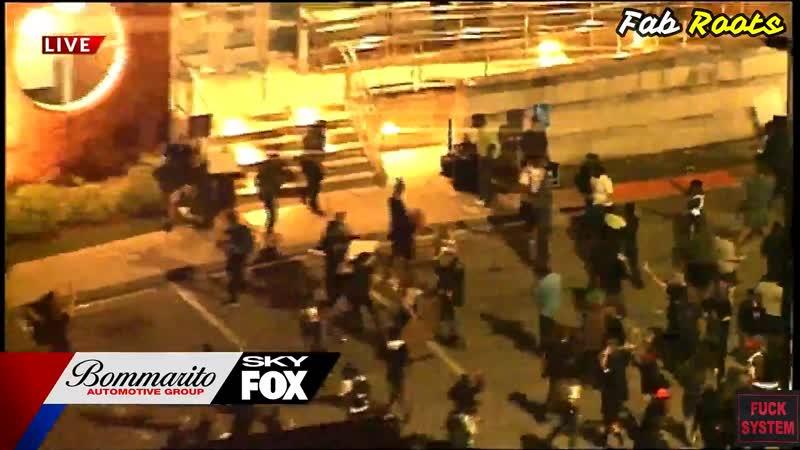 Des manifestants brisent les fenêtres du service de police de Ferguson