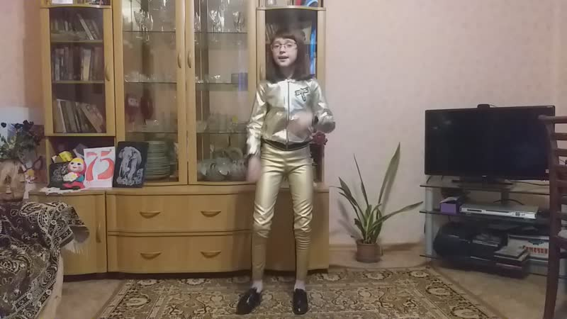 Робот Бронислав. Исполняет Ксения Вендеревских