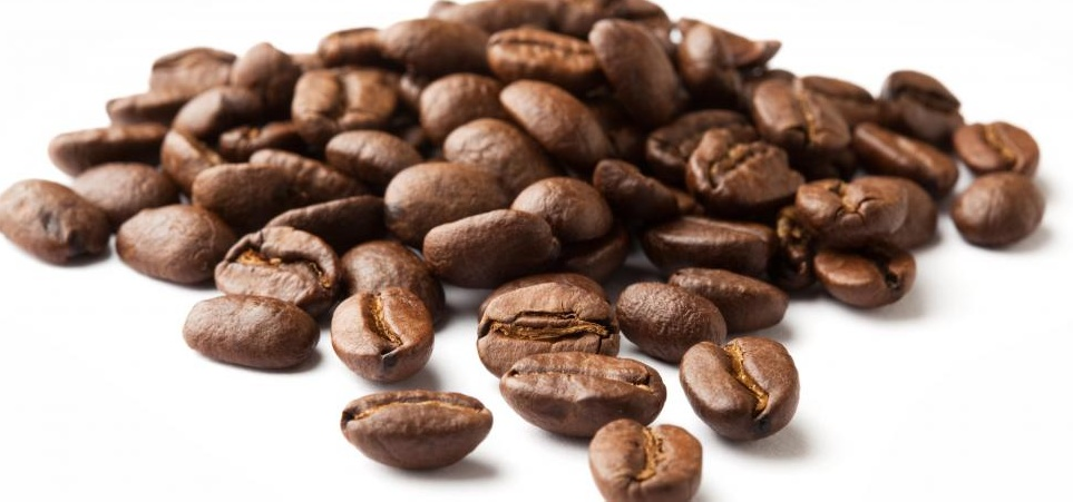 Немолотые кофейные зерна.