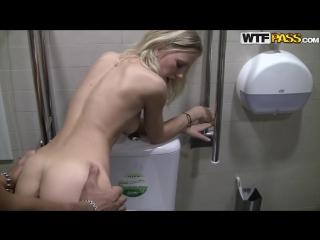Сняли девушку на улице и занялись с ней сексом в общественном туалете русское порно