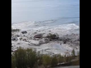 На севере Норвегии гигантский оползень утащил в море часть рыбацкой деревушки с восемью домами. Местный житель успел заснять всё