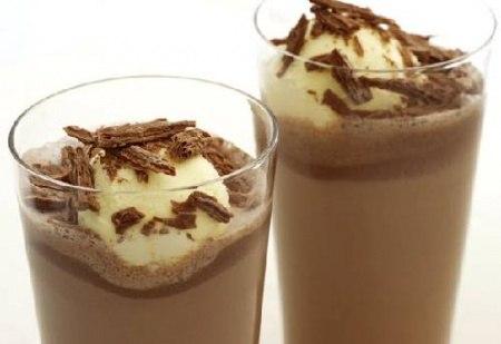 Мало кто из детей откажется от молочного коктейля. Вот несколько рецептов приготовления этого десерта в домашних условиях.Молочно-банановый коктейль.Этот замечательный напиток придется по вкусу