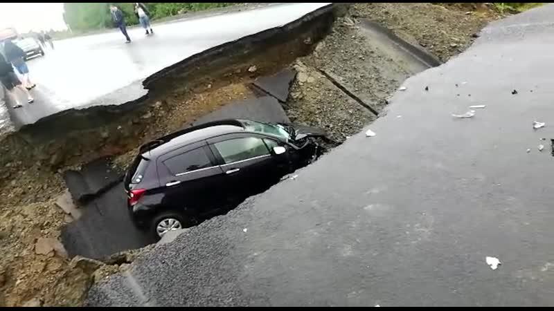 Автомобиль провалился в яму глубиной 2 метра на федеральной трассе «Амур»