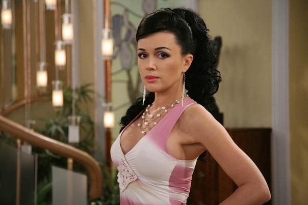 Анастасия Заворотнюк отменила спектакли после слухов о раке мозга.