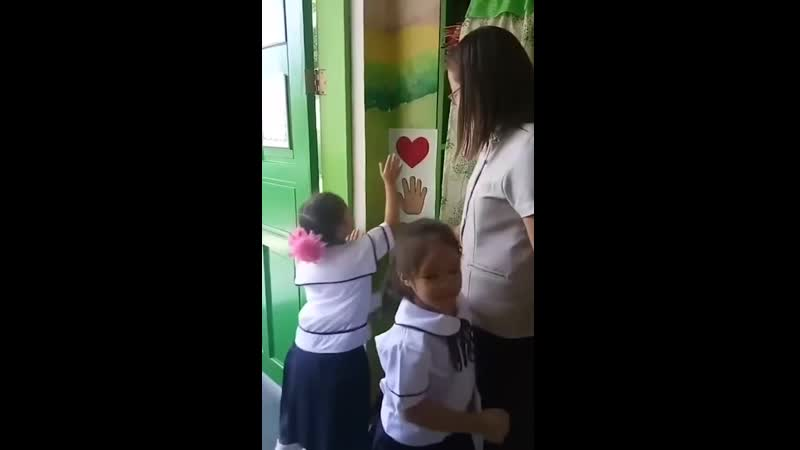 Учитель приветствует учеников