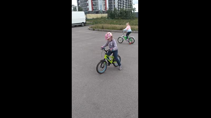 Василиса Первые шаги на велосипеде
