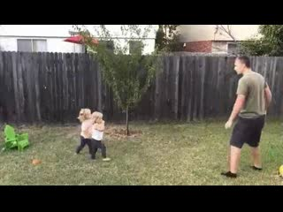 Отец учит своих дочек как делать колесо