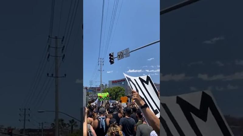 03 06 2020 › Прямой эфир Лили Рейнхарт с акции протеста в Западном Голливуде