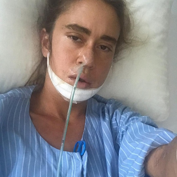 Дочь Любови Успенской получила новую травму Открывала краски ножом, он соскользнул.Ранее она с велосипеда свалилась, до сих пор не вылечилась.А в детстве она в дорожный люк 3 раза