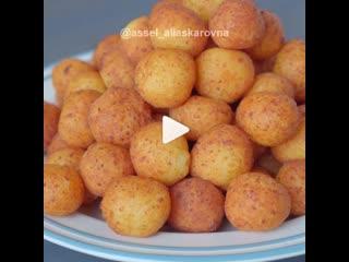 Творожные шарики со сгущенкой (ингредиенты указаны в описании видео)