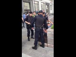 Московская полиция задержала пожилую женщину, которая спокойно сидела на лавочке Рифмы и Панчи