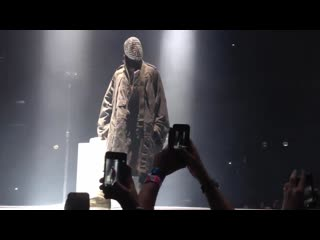 Kanye West играет одну ноту и публика сходит с ума