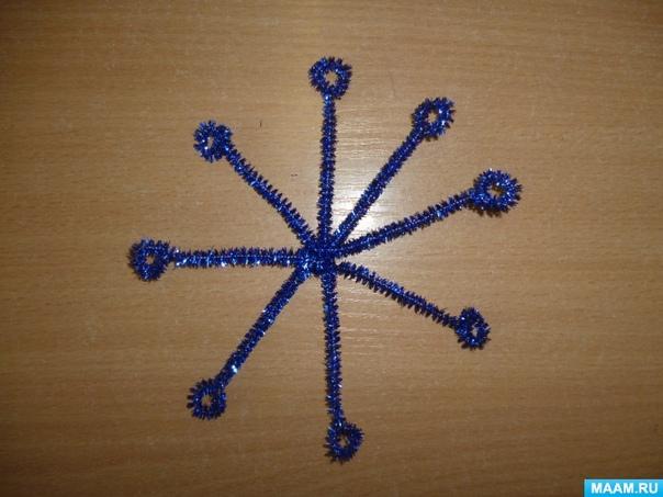 Снежинки из мишуры Для работы нам понадобятся ножницы и мишура. Автор: Анжелика Пантелеева