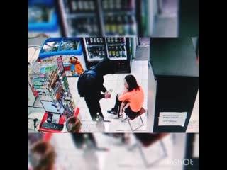 На Урале пьяная ЯЖЕМАТЬ пришла в магазин за добавкой с голым малышом на руках.