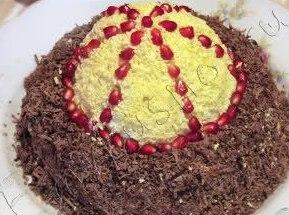 Салат Шапка Мономаха Очень оригинальный, вкусный праздничный салат. Мы готовим шапку Мономаха исключительно на Новый год. Украшали вместе с мамой. Конечно, нужно постараться, чтобы салат