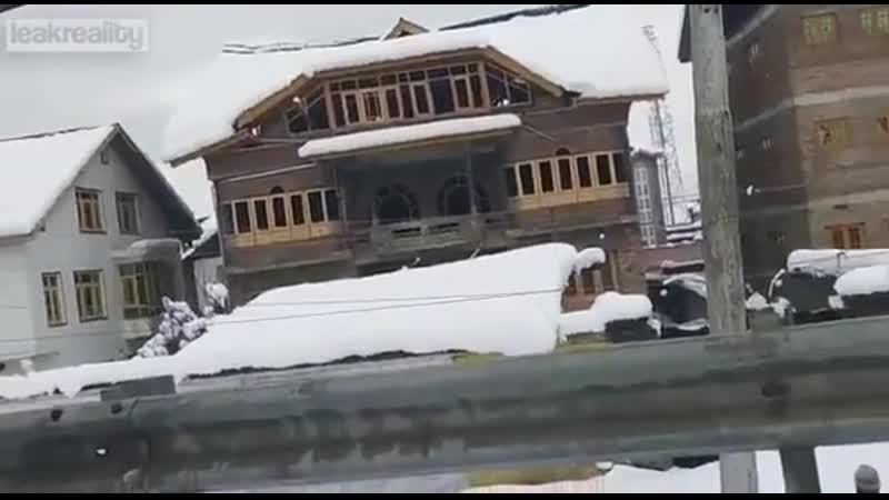 Крыша строящегося дома обрушилась после сильного снегопада