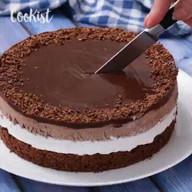 id_53718 Трехслойный шоколадный торт — то, что нужно к праздничным посиделкам 🍰🍫  Автор: Cookist  #gif@bon