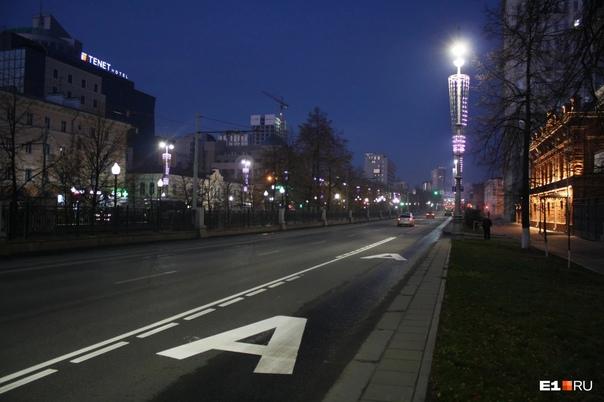 Ночью на проспекте Ленина обустроили выделенную полосу дл...
