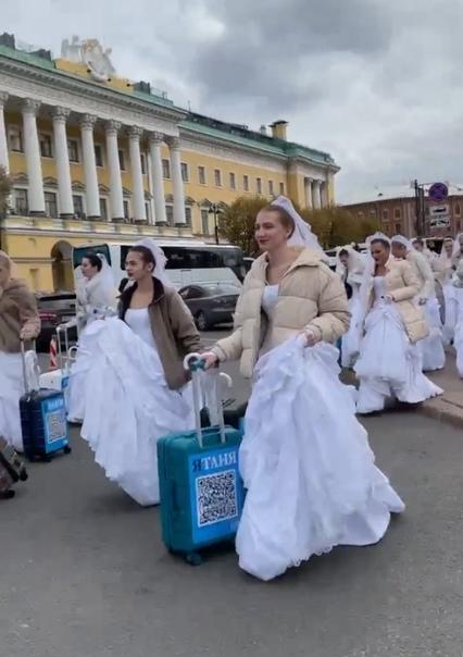 В центре Петербурга заметили под сотню девушек в с...