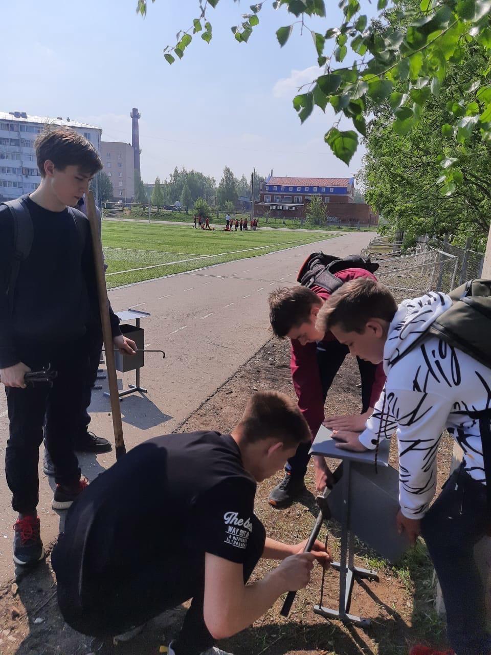 На стадионе 8 гимназии появились урныИнициативу проявили