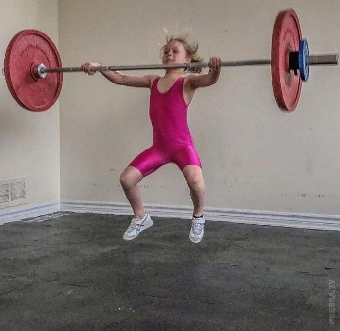 7-летняя Рори ван Ульфт из Канады с легкостью поднимает 80-килограммовую штангу