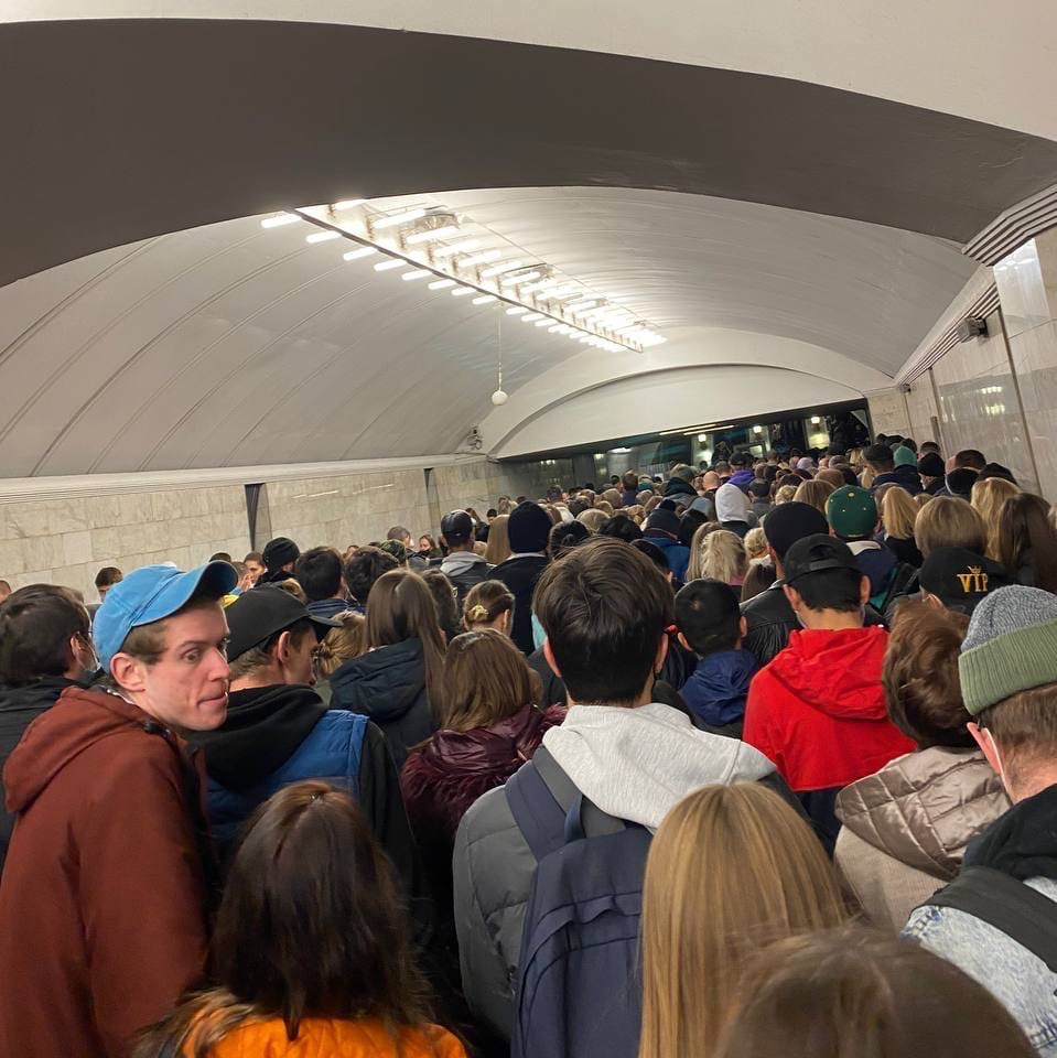 Переход на станцию метро «Курская», наверх работает один эскалатор