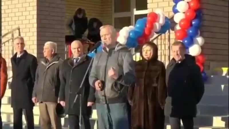 В Нижнем Новгороде депутат Госдумы Вадим Булавинов на открытии новой школы подар