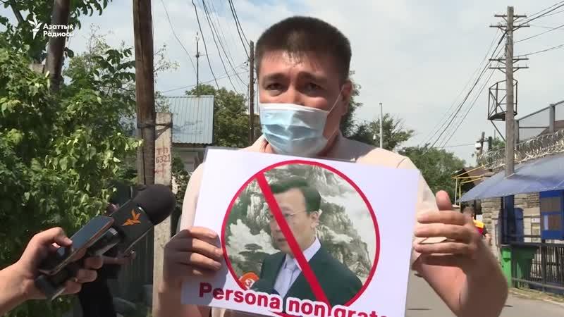 Серік Әжібай Қытай консулдығы алдында елдестірмек елшіден жауластырмақ жаушыдан деген жазуы бар шағын плакат ұстап тұрды