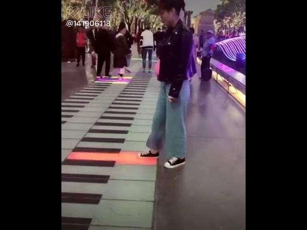 Mainan piano di jalan