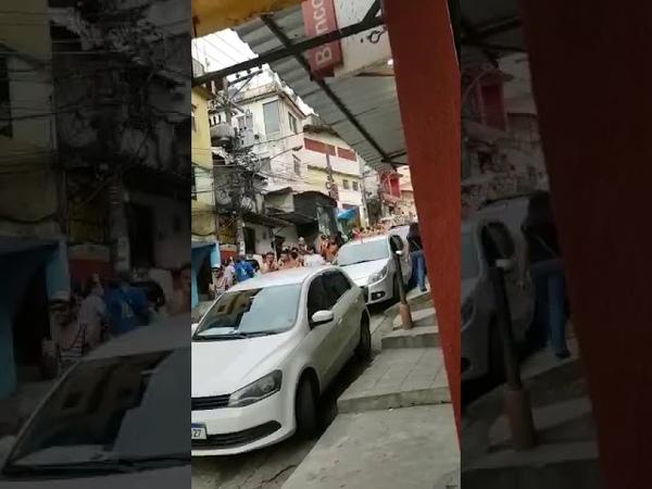 Será que existe pandemia Veja a multidão descendo do morro do Vidigal após baile clandestino