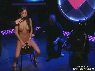CMNF, голая среди одетых, прилюдная мастурбация  девушка на телешоу впервые испытывает сибиан