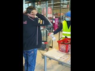 Дезинфекция и маски при входе в магазин в Австрии NR